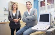 Sales Huber, im Bild mit Frau Marianne, übergibt seine Arztpraxis, in der er fast 30 Jahre lang Patienten behandelt hatte. (Bild: ir.)
