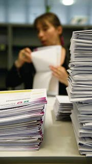 Ein Stapel Steuererklärungen im Steueramt auf der Stadtverwaltung von St. Gallen. (Bild: Ralph Ribi)