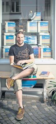 Der Jungverleger Sandro Reichmuth vor seinem Bücherfenster. (Bild: Benjamin Manser)