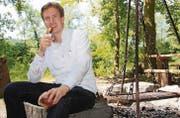 Noch sitzt David Geisser alleine an der Grillstelle am Lamperswiler Weiher. Diesen Sommer wird er Leser der Wiler Zeitung kulinarisch verwöhnen. (Bild: Simon Dudle)