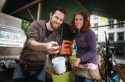 Magnus und Kathrin Helg verkaufen am Ökomarkt Kompostwürmer. (Bilder: Ralph Ribi)