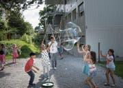 Lehrpersonen, Schulkinder und Eltern haben mit einem Fest bereits Abschied vom Schulhaus Tschudiwies genommen. (Bild: Ralph Ribi)