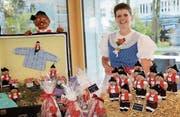 Eine Mitarbeiterin des Seniorenzentrums Uzwil präsentiert stolz ihre selbstgebastelten Figuren. (Bild: PD)