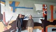 Remo Maurer (links) hat Grund zur Freude, die Bilder von Josef Ebnöther haben in «seinem» Schulhaus einen neuen Platz gefunden. (Bild: pd)