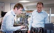 Thomas Gischkat (rechts), Projektleiter optische Beschichtungen, und Geschäftsführer Richard Quaderer diskutieren Lösungen. (Bild: PD)