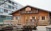 Gestern war das Raiffeisen-Chalet noch im Aufbau, ab morgen wird Essen serviert. (Bild: Judith Schönenberger)