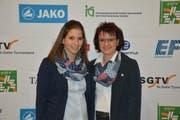 Nicole Raschle, Bütschwil, (rechts) mit Dominique Rüdlinger, Wattwil, ihrer Nachfolgerin beim kantonalen Turnverband. (Bild: Beat Lanzendorfer)
