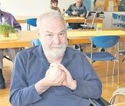 Albert Baumgartner streichelt eines der beherbergten Kücken. (Bild: rz)