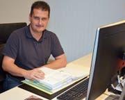 Richard Scherrer in seinem Treuhandbüro, das sich an der Mühlaustrasse 8 in Bazenheid befindet. (Bild: Beat Lanzendorfer)