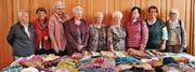 Einige Frauen vom «Kafi Hand und Herz» mit den von ihnen angefertigten Strickwaren. (Bild: pd)