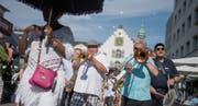 Bei strahlendem Sonnenschein nehmen die Musikanten auf dem Bohl den Marsch auf zur lauten Strassenparade. (Bilder: Benjamin Manser)