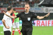 Schiedsrichter Sascha Amhof bricht die Partie ab. (Bild: Freshfocus)