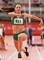 Alina Tobler nimmt der zweitplatzierten Springerin über einen Meter ab. (Bild: Urs Siegwart)