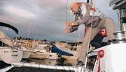 Robert Bosch schnuppert zum ersten Mal beim Segeln. Er zieht einen der beiden seitlichen Rümpfe ein, die dem Katamaran Stabilität geben.