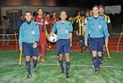 Alexander Fust (Mitte) leitete zusammen mit Ramon Lisci (rechts) und Thomas Gämperle seine letzte Partie als Schiedsrichter. (Bild: Urs Nobel)