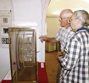 Das Plexiglasmodell des Uhrenmachers Jost Bürgi wird im Toggenburger Museum von den Gästen bestaunt. (Bild: Thomas Rüegg)
