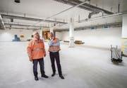 Projektleiter Karl W. Gschwend und Christoph Peternell, Chef der Hochdorf-Werke, auf der Baustelle der neuen Anlagen in Sulgen. (Bild: Reto Martin)