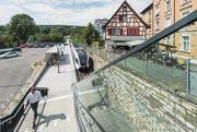 Der Industrieplatz mit der neuen S-Bahn-Haltestelle (oben). Auf dem SIG-Areal stehen noch einige prägnante Industriebauten. Am Projekt für das Rhytech-Areal geben vor allem die Hochhäuser zu reden. (Bilder: Hanspeter Schiess/Visualisierung pd)