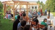 Erstmals bevölkert: der neue Begegnungs- und Aufenthaltsplatz des Wohnheims Buecherwäldli an der gestrigen Einweihung. (Bild: Andrea Häusler)