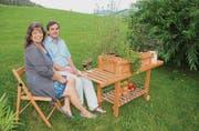 Christine Rosa Thanner und Markus Schellhammer geniessen ihre Erfindung, den rollenden Garten, als Apéro-Wagen. (Bilder: Fränzi Göggel)