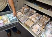Die Schaffung eines Staatsfonds aus den Devisenreserven der SNB stösst nicht nur auf Zustimmung. (Bild: Martin Rütschi/KEY)