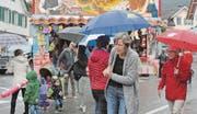 Trotz des Regens haben sich einige Kilbibesucherinnen und -besucher auf die Strassen und Plätze im Marbacher Zentrum getraut. (Bilder: Kurt Latzer)