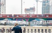 Ein Zug der Docklands Light Railway im Gebäudekomplex Canary Wharf. (Bild: Victor Huang/Getty (London, 24. Mai 2017))