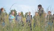 Ökoflächen sind Roland Heuberger (2. v. l. mit grünem Mäppchen) wichtig. Für den Landwirt und Agronom ETH braucht es extensiv bewirtschaftete Wiesen, damit Tiere und Pflanzen einen Lebensraum haben. (Bild: Zita Meienhofer)