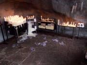 140 Kerzen wurden in der Lourdes-Grotte in Mels zerstört. (Bild: Kapo SG)