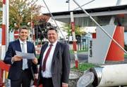 Die neue Oberrieter Raiffeisenbank wird auf den Drive-through-Bancomaten drauf gebaut. Norbert Lüchinger (links) und Helmut Büchel freuen sich jetzt schon auf die Eröffnung Anfang 2019. (Bild: Max Tinner)