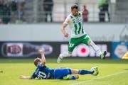 Espe Albert Bunjaku kämpft um jeden Ball: Hier gegen Luzerns Christian Schneuwly. (Bild: Urs Bucher)