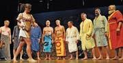 Da wurde mancher Frau im Publikum heiss: Die Männerchörler sangen im Saunatenue. (Bild: Michael Hug)