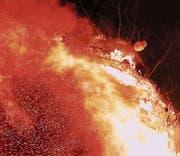 . . . dann neigte sich der Böögg und fing endlich Feuer. (Bild: Max Pflüger)