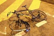Das Velo wurde beim Unfall stark beschädigt. (Bild: Stapo SG)