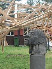 Noch steht Ueli Siegenthalers pavillonähnliche Holzinstallation auf der Wiese beim Eingang. Ansonsten erinnert auf dem Glatthaldeareal kaum mehr etwas an die Grotto-Glatto-Tage 2017. (Bild: Andrea Häusler)