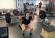Statt auf Schnee trainiert Aline Höpli im Fitnessraum. (Bild: David Metzger)