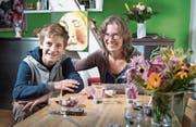 Ingrid Jacober und ihr 13-jähriger Sohn Timo vor der Küchenzeile an der Tschudistrasse. (Bild: Ralph Ribi)