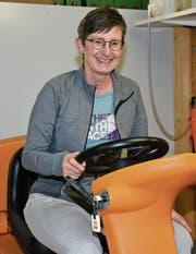 Die Anschaffung der Putzmaschine, auf der die bald in Pension gehende Frieda Dörig sitzt, hat vieles bei der täglichen Arbeit erleichtert. (Bild: Beat Lanzendorfer)