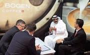 Die Kaffeeröster von Turm & Bogen beraten einen Besucher an der Gulfood-Messe in Dubai. (Bild: PD)