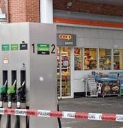 Während die Fahndung nach dem Räuber läuft, sichert einer der Beamten im Innern des Tankstellenshops Spuren und macht Fotos vom Tatort. (Bild: Manuel Nagel)
