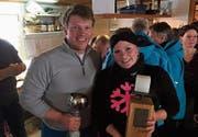 Reto Hermann und Cheryl Looser mit dem Siegerpokal. (Bild: PD)