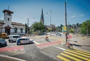 Der Veloübergang, dort wo der Velofahrer im orangen Shirt fährt, wird auf die ganze Strassenbreite verlängert und mit einer Ampel gesichert. (Bild: Urs Bucher)