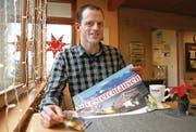 Marketing mit Tischset: Thomas Rickenmann macht auch in Restaurants auf seinen neuesten Film «Silvesterchlausen» aufmerksam. (Bild: Hansruedi Kugler)