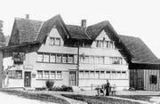 Seit 1824 ist die Liegenschaft des ehemaligen Gasthauses Krone im Besitz der Familie Keller. Auf der Abbildung, die 1930 entstand, ist noch der Lebensmittelladen «Handlung Baumgartner-Keller» (links) zu sehen sowie Jakob Baumgartner, der mit dem Hund Kundenbesuche tätigte.