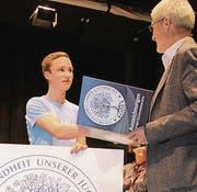 Levy Herzig wird als 32 000. Kodex-Absolvent ausgezeichnet. (Bild: pd)