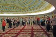 Die Besuchergruppe unter der eindrücklichen Kuppel der Wiler Moschee. (Bild: PD)