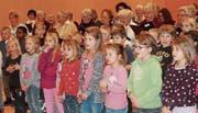 Sie können die Liedertexte bereits auswendig, die Erst- bis Drittklässler, die den Kinderchor bilden. (Bilder: Andrea Häusler)