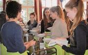 Jugendliche helfen beim Servieren der Suppe. (Bild: Bea Näf)