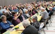 Mehr als 300 Stimmbürgerinnen und Stimmbürger stimmten sämtlichen Anträgen des Ortsverwaltungsrates uneingeschränkt zu. (Bild: Benjamin Schmid)