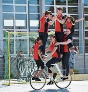 Ein gemischtes Kunstradteam wagte sich sogar zu sechst auf ein Rad. (Bild: Martin Zuber)